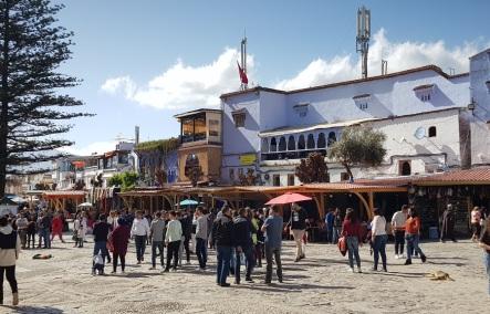 Plaza de Utta el Hamman y sus comercios y restaurantes, Chefchaouen, Marruecos