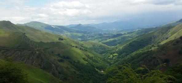 Pirineo Navarro, valle de bajada, entre Ahintziaga e Izpegi y Urrizpilota, hacia Saint Étienne de Baïgorry