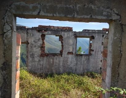 Marco de puertas y ventanas sobre las vistas al embalse de Salime desde las ruinas de A Paicega