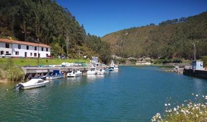 Cofradía de Pescadores de Bustio, en el caño del Mazo, ría de Tina Mayor, Asturias