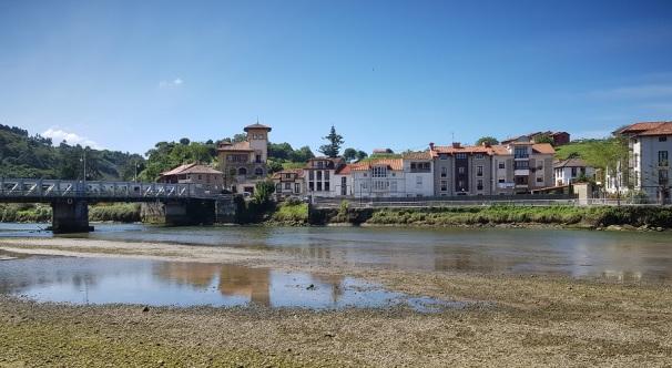 Bustio, pueblo marinero río arriba, en la desembocadura del Deva, desde Unquera, al otro lado de la ría de Tina Mayor