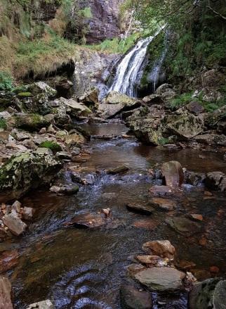 Río Vilanova o arroyo Villanueva, con la cascada de Morlongo al fondo