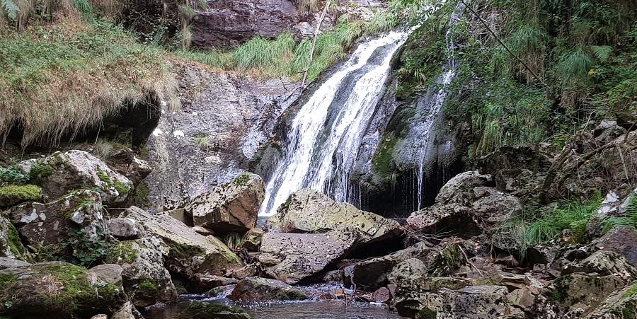 Cascada de Morlongo, salto de agua del río Vilanova, en Villanueva de Oscos