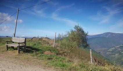 Camino a A Paicega, bonito banco sobre las montañas del Navia