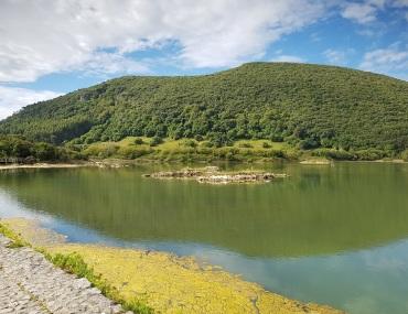Isla, Cantabria, marismas de Joyel vigiladas por el Monte Cincho