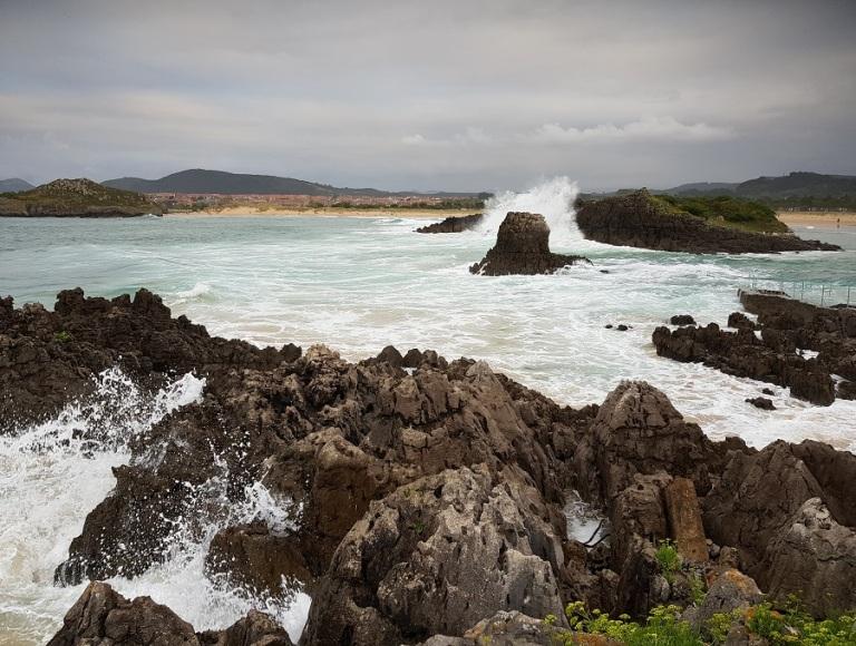 El Cantábrico, con oleaje, a las puertas del conjunto de playas de Isla, Cantabria