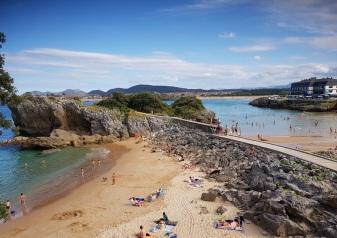 """Isla: vista conjunta de la playa """"a mar abierto"""", playa de El Sable y, al fondo, Ris (ya Noja), con marea media"""