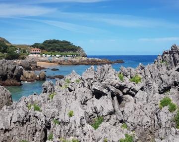 Isla, Cantabria, playa de Arnadal o de los Franceses desde el paseo de los acantilados