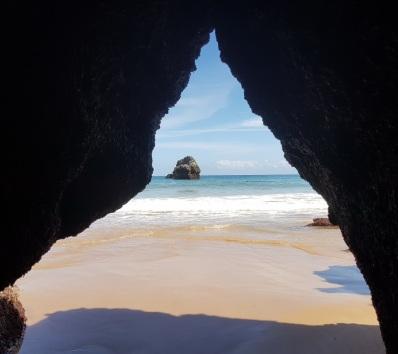 Islote en el Cantábrico desde una de las cuevas que deja bajamar en El Sable