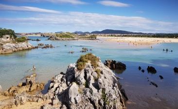 Playa del Cándano, Isla, con marea media, agua superficial