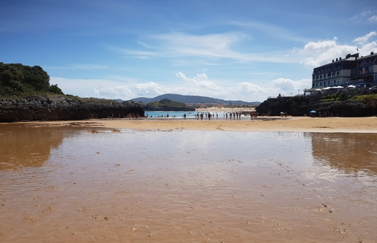Espejo de agua en la playa de El Sable, Isla, con bajamar