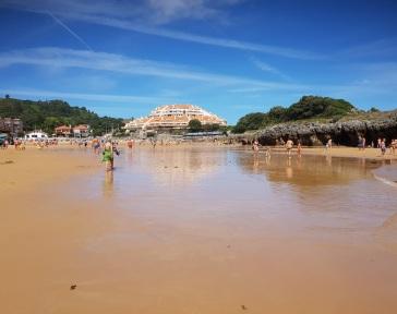 """Playa del Sable, Isla, con bajamar y el """"ovni"""" al fondo"""