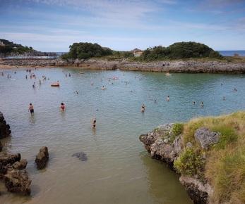 Playa de El Sable, en Isla, con marea media, cubierta de agua poco profunda