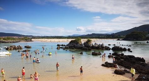 Isla, playa de los Barcos, con marea media, apenas cubierta de agua superficial