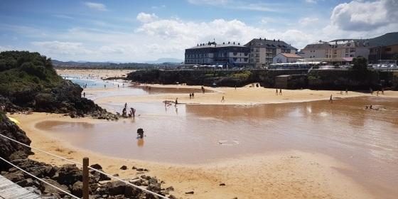 Las playas de Isla (Cantabria), desde El Sable hasta Cuarezo, unidas en un enorme arenal en bajamar