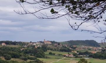 Desde la subida al Monte Cincho, Isla pueblo con la iglesia de San Julián y Santa Basilisa destacando