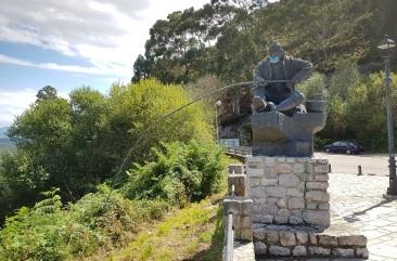 Pescador (anticovid) del mirador de Pechón, ría de Tina Menor