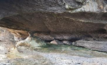 Las rocas de colores del interior de la Ojerada de Ajo