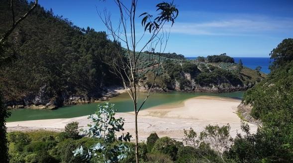 Playa de Pechón, ría de Tina Mayor, con el Cantábrico al fondo