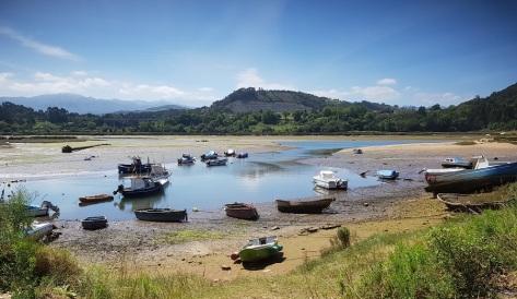 Puerto de pescadores en la ría de Tina Menor, recodo del río Nansa, bajamar