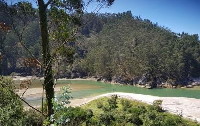 Desembocadura del río Deva a través de la ría de Tina Mayor, inicio de la playa de Pechón