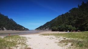 Playa del Sable, ría de Tina Menor, con la desembocadura del Nansa al Cantábrico al fondo
