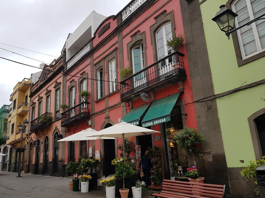 Casas coloridas de estilo colonial en el centro peatonal de Arucas, Gran Canaria