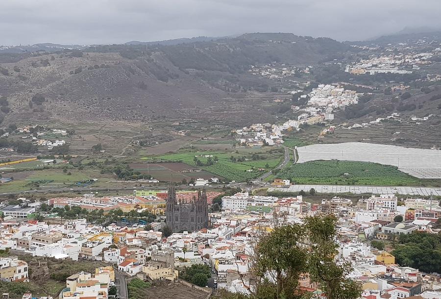 Arucas, con su imponente iglesia de San Juan Bautista, y las montañas tras el pueblo