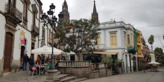 Centro colorido de Arucas, con las torres de la iglesia de San Juan Bautista al fondo