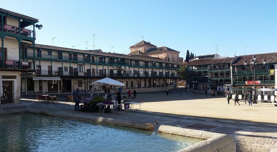 Plaza Mayor de Chinchón, por la entrada de la fuente y la calle Grande