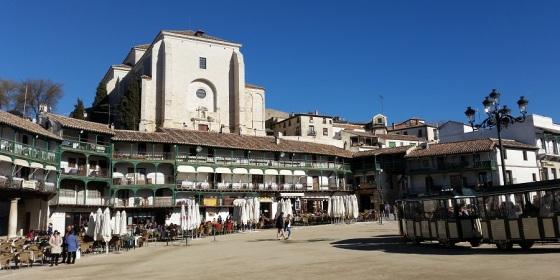 Plaza Mayor de Chinchón presidida por la iglesia de la Asunción, uno de los pueblos con más encanto de Madrid