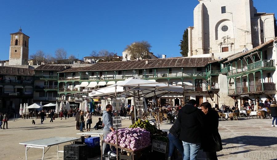 Venta de ajos y verduras en la plaza Mayor de Chinchón