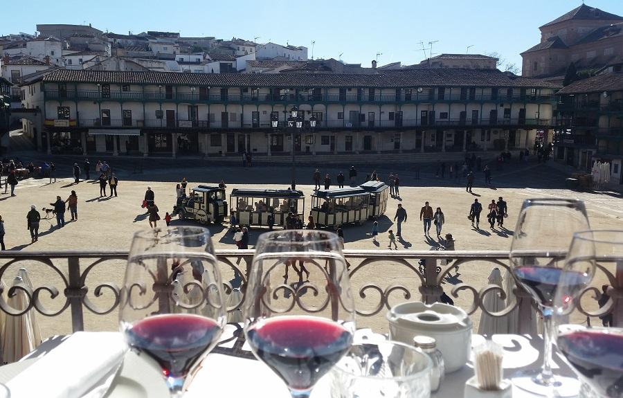 Desde uno de los balcones de los restaurantes de Chinchón, con vino de Madrid, hacia la plaza Mayor