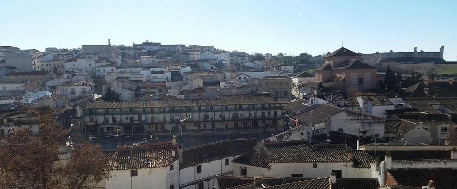 Vistas desde la iglesia de la Asunción, con la plaza Mayor, convento de Clarisas y castillo de los Condes, Chinchón
