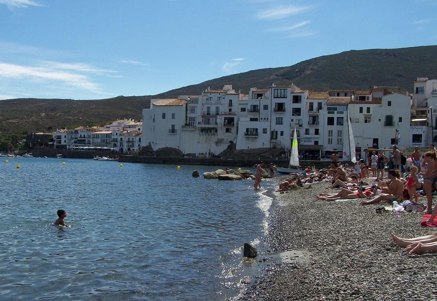 Casas blancas de la playa de Cadaquès, Cabo de Creus, Girona