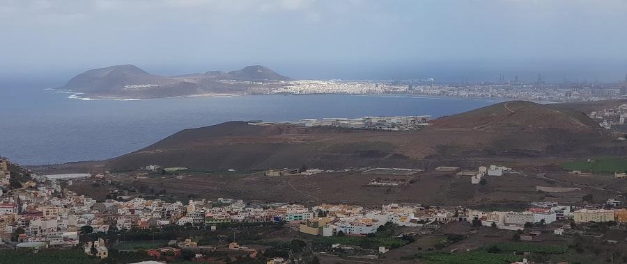 Las Palmas de Gran Canaria con La Isleta y la playa de Las Canteras en primer plano, desde el mirador homónimo