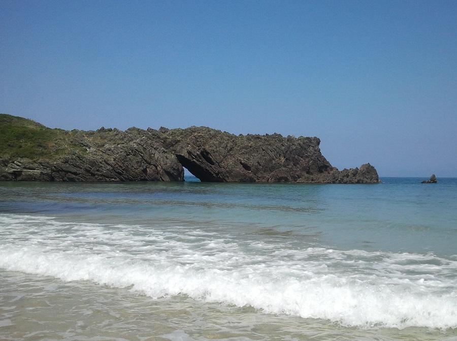 Punta de la Dehesa, playa de San Antolín de Bedón, Llanes, pleamar en verano