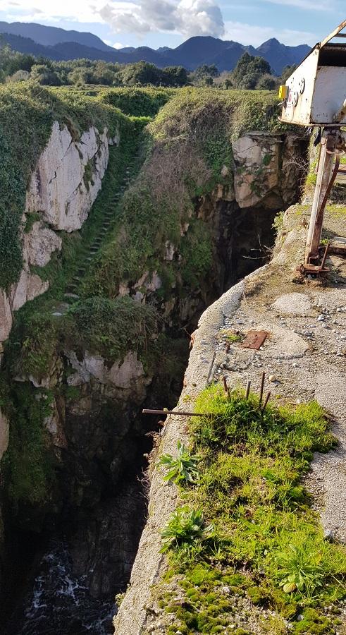 Escaleras al tajo de La Canal, con las nasas en primer plano
