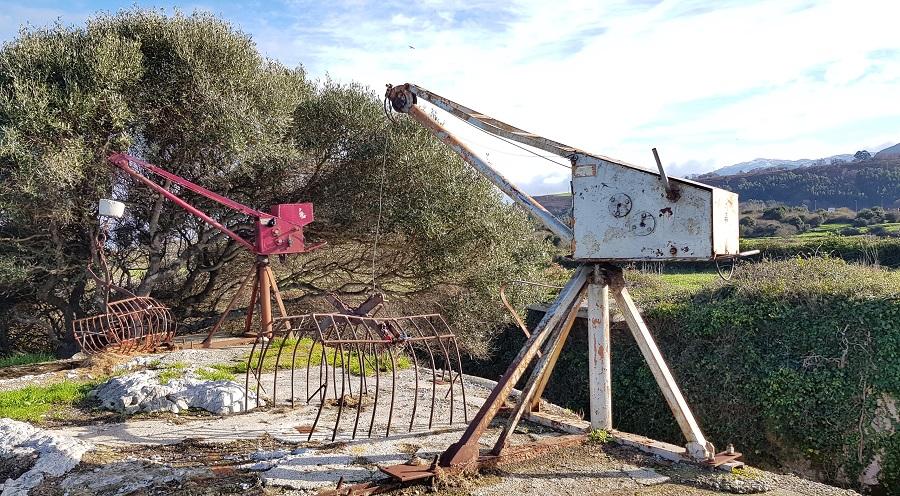 """Nasas o aparejos de pesca sobre La Canal del Castro de las Gaviotas, también llamados """"las minas"""""""