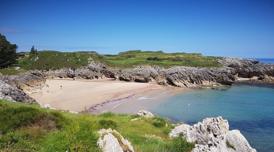 Playa de La Huelga en bajamar en primavera, con arena blanca y agua turquesa