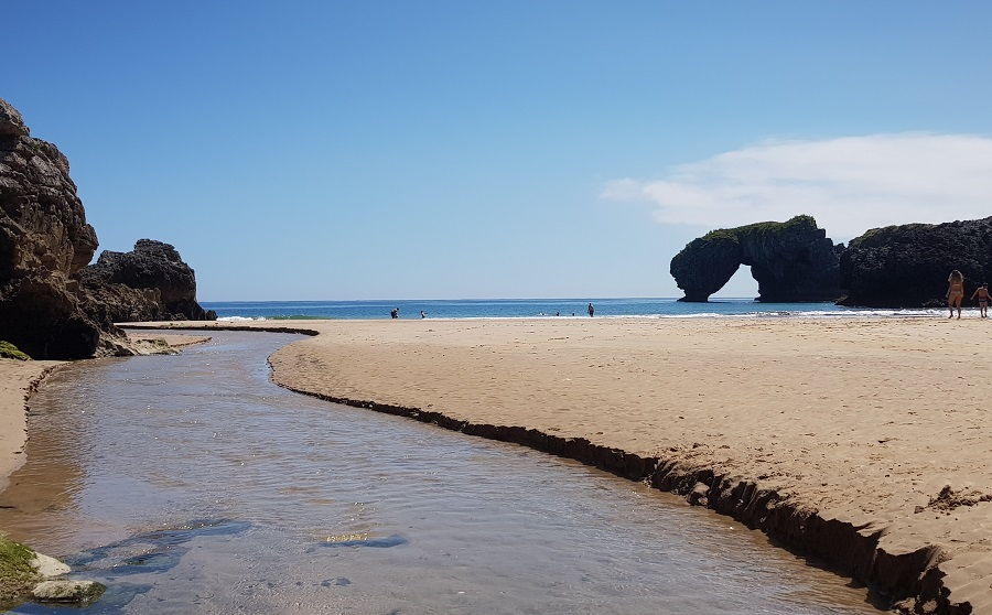 Castro de las Gaviotas al fondo de la playa de La Huelga en bajamar