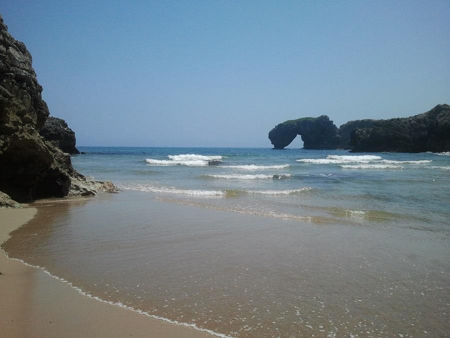 Castro de las Gaviotas al fondo de la playa de La Huelga, con la marea subiendo y desapareciendo la arena