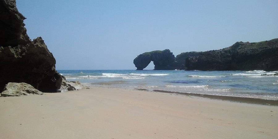 Playa de La Huelga, en Llanes, y Castro de las Gaviotas