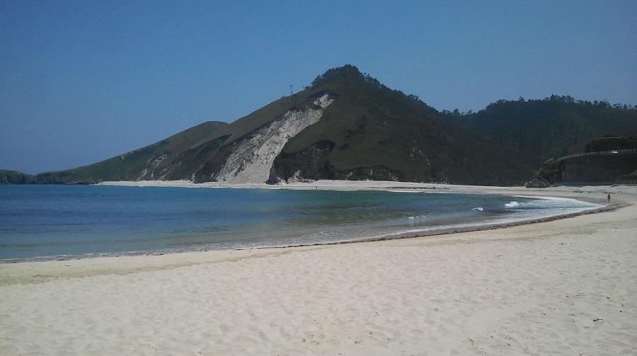 Playa de San Antolín de Bedón, con el argayo y su blanca arena, primavera