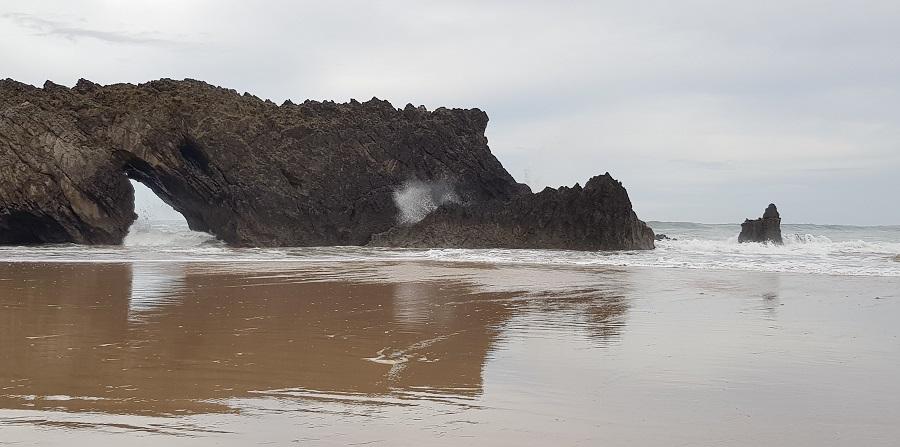 """Punta de La Dehesa con su """"Furacu"""", San Antolín de Bedón, Llanes"""