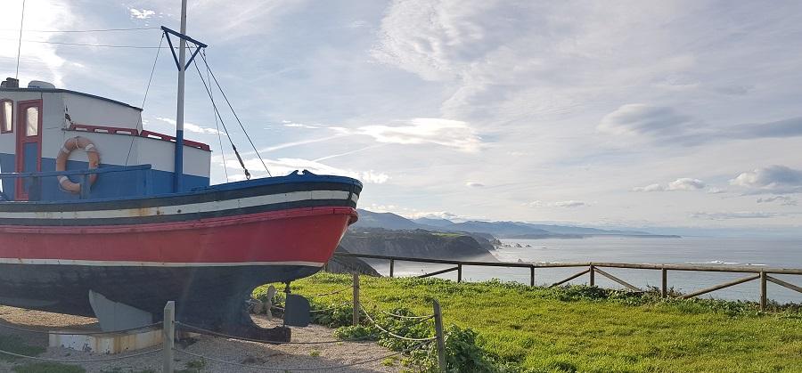 Barco pesquero Aldebarán, que vigila el mirador de la playa de Cueva, Cabo Vidio, Cudillero
