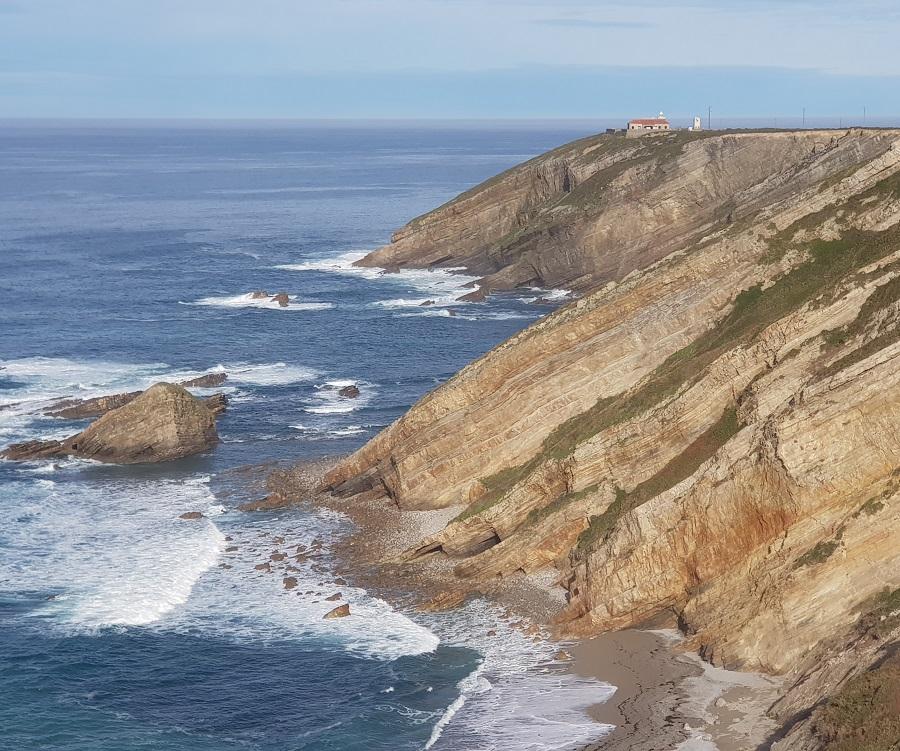 El faro de Cabo Vidio, coronando los acantilados