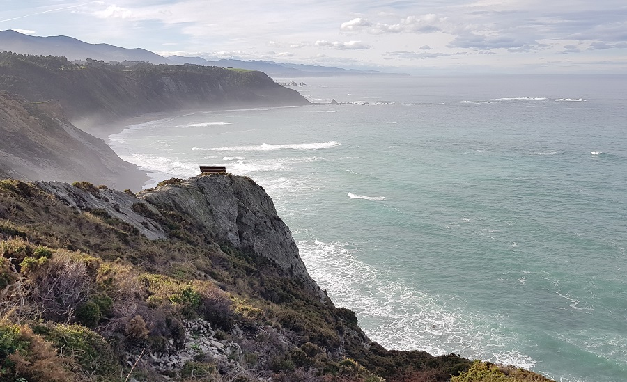 Mirador del Sablón en su contexto: el banco del fin del mundo en Cabo Vidio, Cudillero