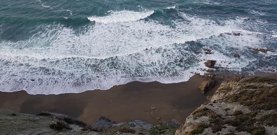 Pequeña playa al fondo del acantilado llegando al mirador del Sablón, Cabo Vidio, Cudillero