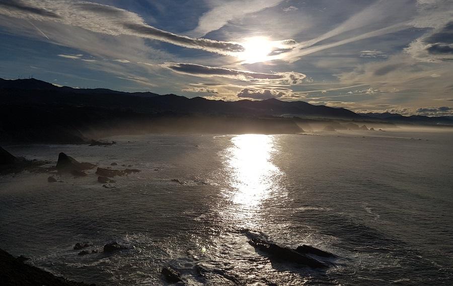 Contraluces del atardecer desde Cabo Vidio mirando hacia poniente, hacia occidente